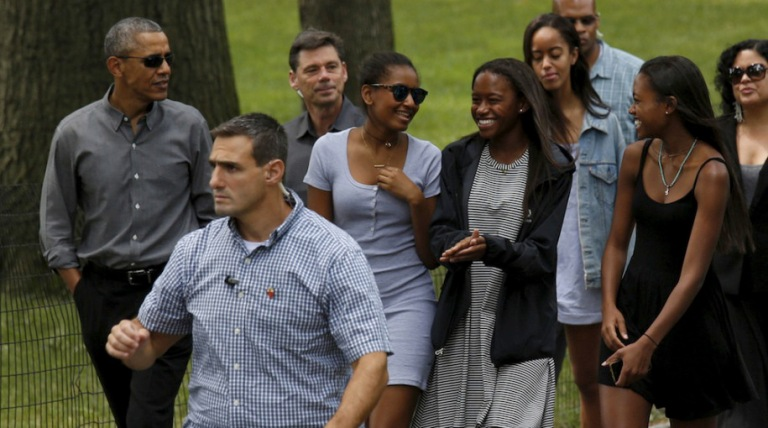 U.S. President Barack Obama walks in Central Park with daughters Sasha (4th L), Malia (3rd R) and friends in New York, July 18, 2015.  REUTERS/Kevin Lamarque  - RTX1KTZI