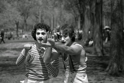 A photographer was walking through Central Park in 1974, when he ran into these young mimes. 30 years later, he realized he had photographed a young Robin Williams.
