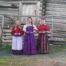 1909 Young Russian peasant women offer berries to visitors to their izba, a traditional wooden house, in a rural area along the Sheksna River near the small town of Kirillov. IMAGE: PROKUDIN-GORSKII / LIBRARY OF CONGRESS>