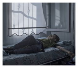 Nizip. Mohammed, 13, loves houses. Back home, in Aleppo, he used to enjoy walking around the city looking at them. Now, many of his favourite buildings are gone, blown to pieces. Lying in his hospital bed, he wonders whether he will ever fulfill his dream of becoming an architect. – The strangest thing about war is that you get used to feeling scared. I wouldn't have believed that, says Mohammed.