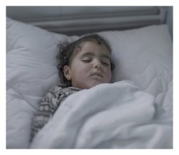 Azraq. Iman, 2, has pneumonia and a chest infection. This is her third day in this hospital bed. – She sleeps most of the time now. Normally she's a happy little girl, but now she's tired. She runs everywhere when she's well. She loves playing in the sand, says her mother Olah, 19.