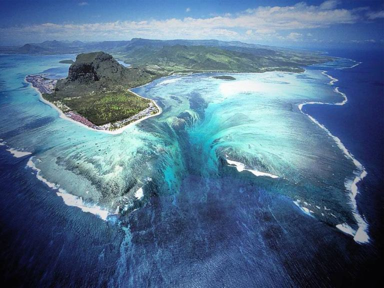 unusual-underwater-waterfall-1