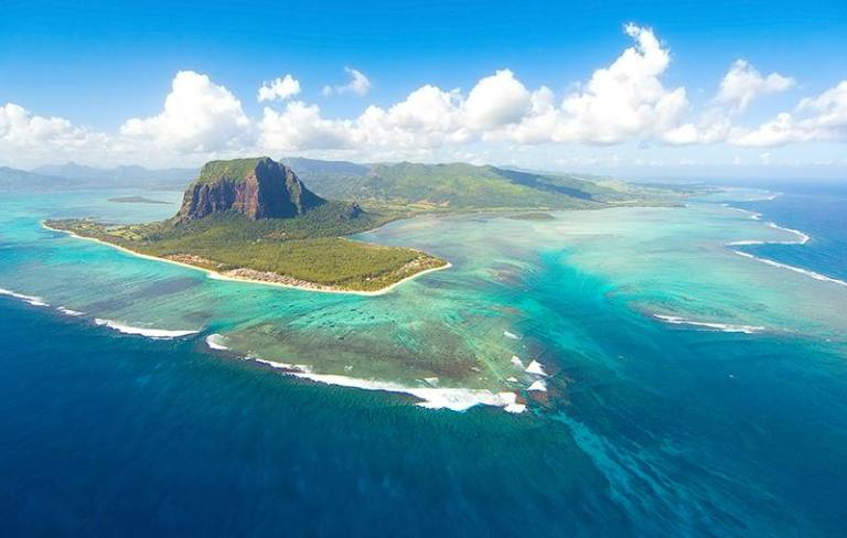unusual-underwater-waterfall-2